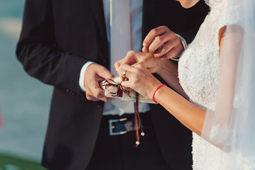 Putting on rings. The bride and groom dress rings