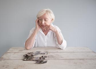 Ältere Frau denkt über ihr Leben und das Altern nach