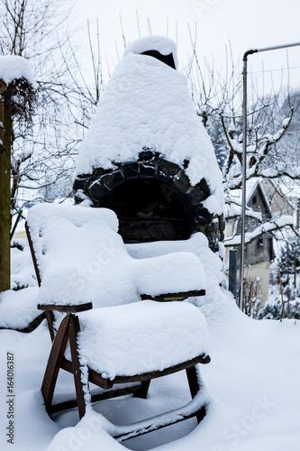 Verschneiter Stuhl Und Grill Im Garten Im Winter Stockfotos Und