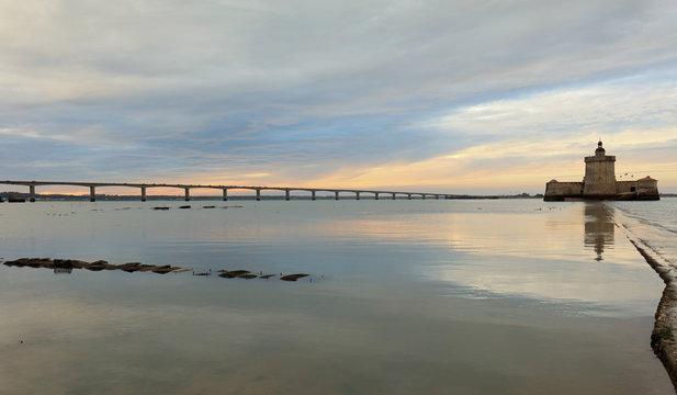 Coucher de soleil sur le fort Louvois et le pont d'oléron