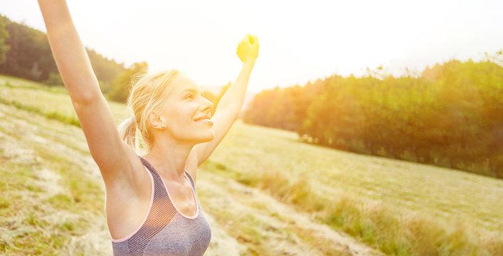 Frau findet Entspannung und Freiheit in Natur