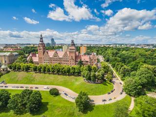 Szczecin z lotu ptaka. Krajobraz miasta z Wałami Chrobrego widziany od strony Odry.