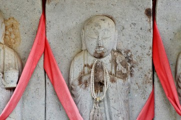 日本の仏の石像