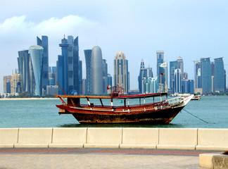 Skyline von Doha mit Dhow im Vordergrund