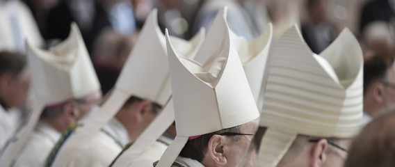 Bischofsmützen MItra im Hochamt Gottesdienst
