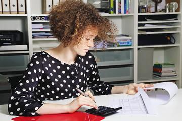 jeune femme rousse stagiaire travaillant dans un bureau