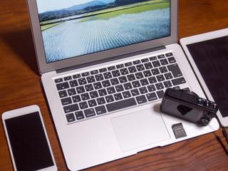パソコン デジカメ 写真編集作業のイメージ