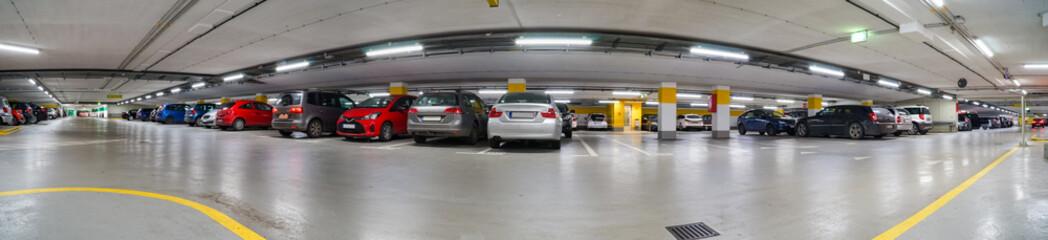 Parkplatzangebot - voll besetzte Tiefgarage, Panorama