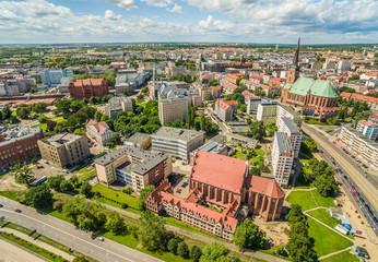 Szczecin krajobraz miasta z lotu ptaka z widoczną bazylika archikatedralna.