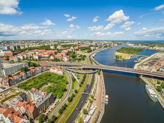 Szczecin z rzeką Odrą widziany z lotu ptaka. Krajobraz Szczecina z Bulwarem Piastowski, trasą zamkową i mostem na Odrze.
