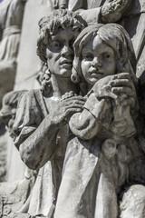 Escultura de madre e hija