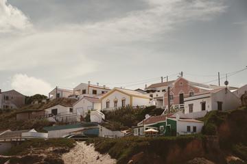 Monte Clerigo, ein kleines Surfer Dorf an einer Bucht der Algarve am Atlantik in Portugal