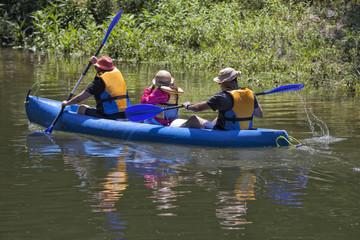 Familia realizando actividades en vacaciones