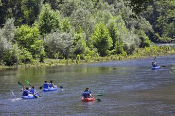 Remando en Kayak por el río