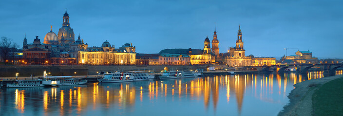 Fotomurales - Night panorama of Dresden Old town with reflections in Elbe river