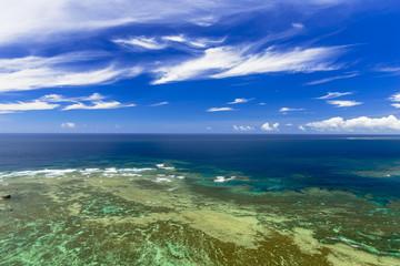 宮城島の果報バンタのサンゴ礁の海