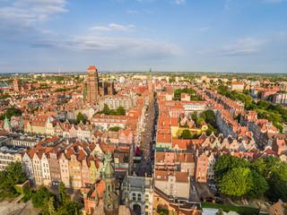 Gdańsk z lotu ptaka. Krajobraz starego miasta z widoczną Bazylika Mariacką i ulicą Długą.