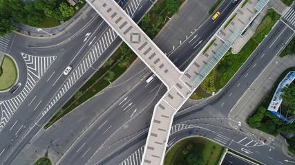 中国 上海 都市景観 都市 歩道橋 道路 経済 交通状況 アジア 忙しい 朝 車 空撮 タクシー 車線 直線 斜線 チャイナマネー
