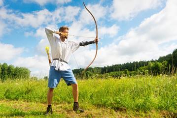 Bogenschütze hält Pfeil und Bogen