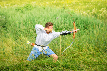 Junger Mann beim Bogenschießen