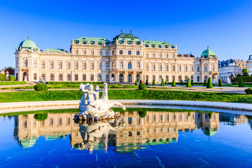 Photo sur Aluminium Vienne Vienna, Austria. Upper Belvedere Palace with reflection in the water fountain.