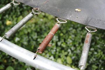 Rostige Federn vom Trampolin outdoor