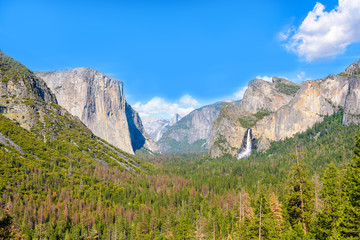 Poster de jardin Parc Naturel View of Yosemite Valley from Tunnel View point - view to Bridal veil falls, El Capitan and Half Dome - Yosemite National Park in California, USA