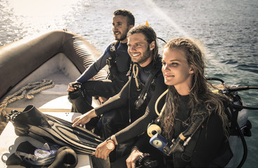 Poster Diving Group of scuba divers on a boat ready to dive