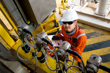 Technician,Instrument technician on the job calibrate or function check pressure transmitters in process oil and gas platform offshore,technician