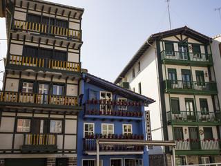 Paisaje urbano de Hondarribia en Guipuzcoa, con casas de colores típicas en España, en la primavera de 2017