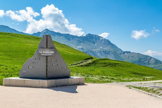 Le col de la Madeleine dans les Alpes
