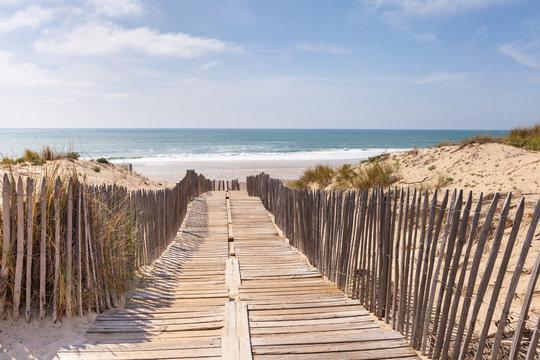 Holzweg, Weg auf Holzbrettern durch die Dünen zum Strand, Meer
