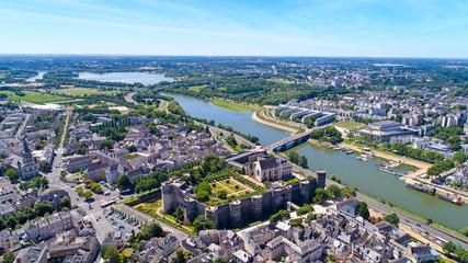 Panorama aérien sur les rives de la Maine et le château d'Angers, France