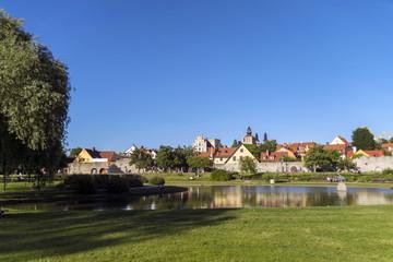 Den vackra parken Almedalen i Visby