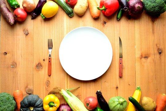 夏野菜と白い皿