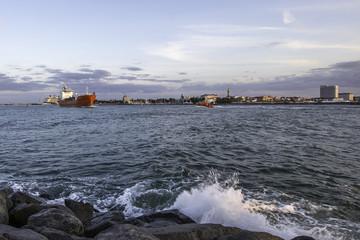 Schiff verlässt den Hafen von Warnemünde an der Ostsee