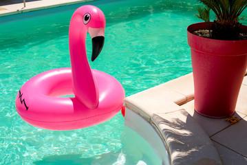 Bouée flamant rose piscine