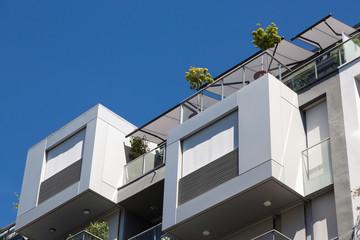 Neubau mit Sonnenschutz