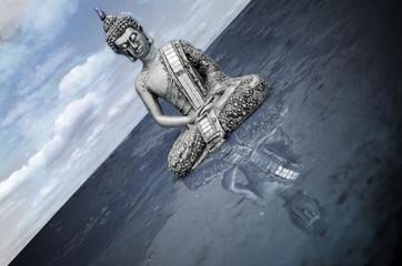 Buda con reflejo en el agua