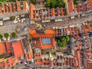 Gdańsk z powietrza. Krajobraz starego miasta z lotu ptaka. Widok na ulice Długą, Długi Targ i muzeum historyczne.