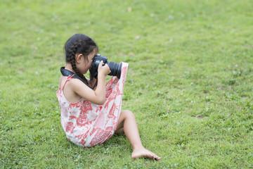 カメラを構えようとしてスカートにかかってしまった女の子