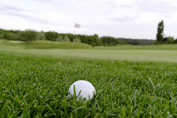 Golfball am Grünrand, Rough, Gras, Golfplatz - AS