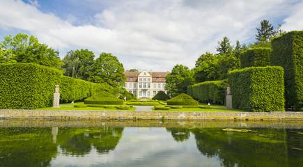 malowniczy widok na pałac opatów w parku oliwskim w gdańsku