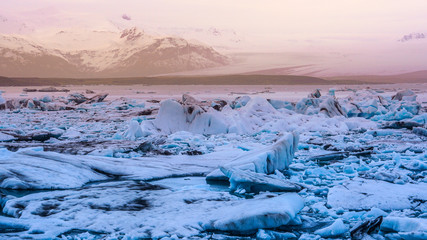 Papiers peints Glaciers sun light reflecting on iceberg glacier lagoon, jokulsarlon of Iceland