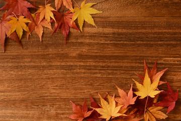 モミジの紅葉 木目背景