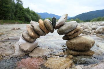 Steinbogen in Flußlandschaft