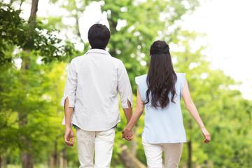 並んで歩く夫婦