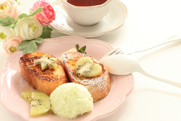 Kiwi fruit on french toast and English tea with ice cream
