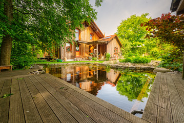 Traumhaftes Holzhaus mit natürlich gestalteten Garten