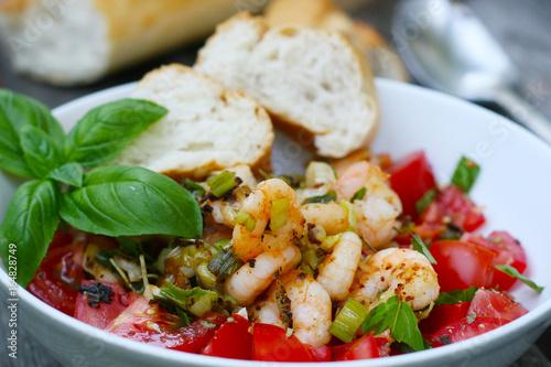 Sommerküche Tomaten : Leichte sommerküche garnelen auf tomaten mit kräutern der